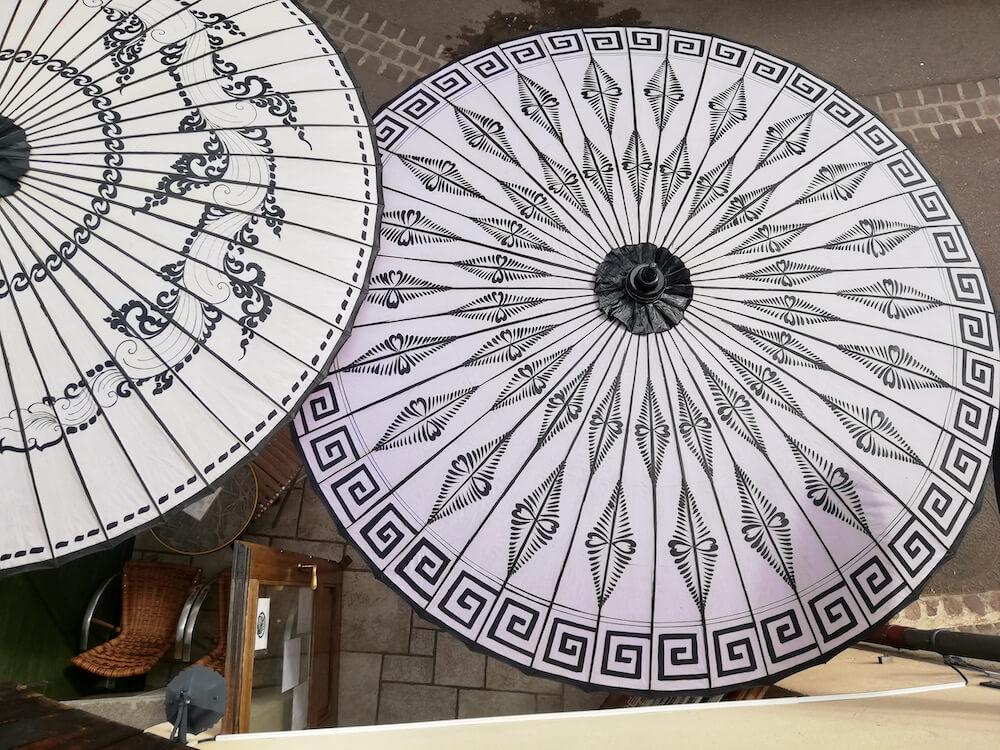 Holzschirme-weiss-Cafe-von-oben