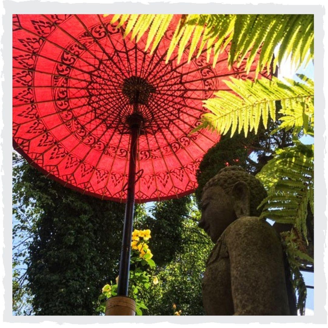 Buddha-unter-Schirm