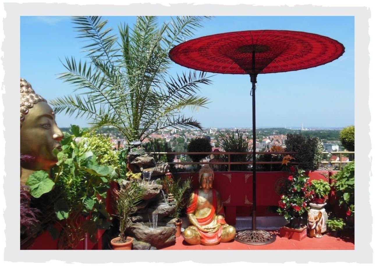 Buddha-Statuen-auf-Balkon