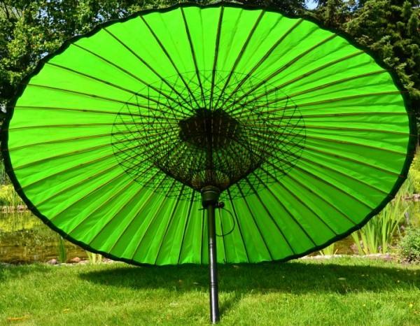Asiatischer Sonnenschirm ein grüner sonnenschirm der für frische und erholung sorgt