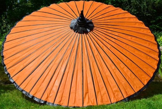 Asiatische Sonnenschirme , Ein Gelber Sonnenschirm Aus Naturmaterialien Zum Verzaubern