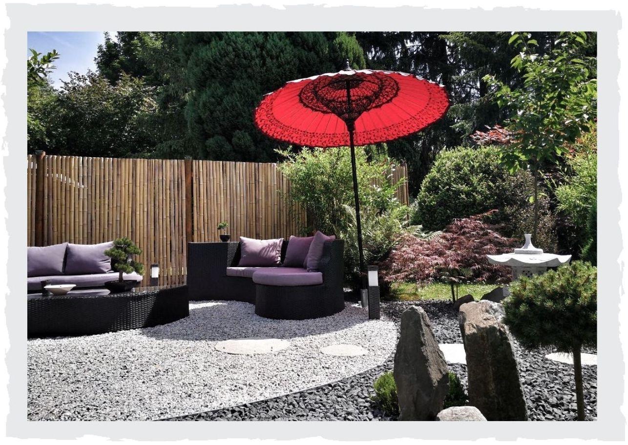 Roter-Sonnenschirm-Terrasse