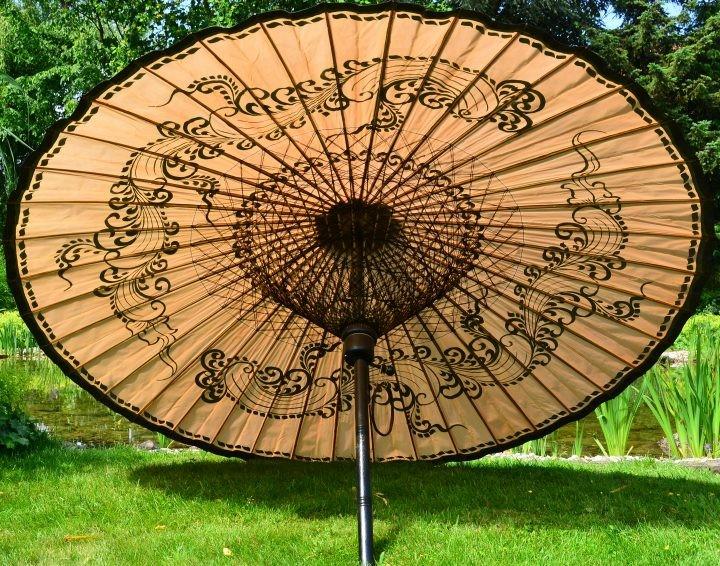 Sonnenschirm Asiatisch ein beiger sonnenschirm mit dezentem asiatischen muster zum verzaubern